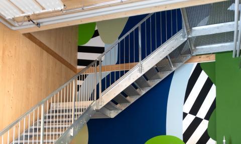 Grafikwand vor Treppenaufgang