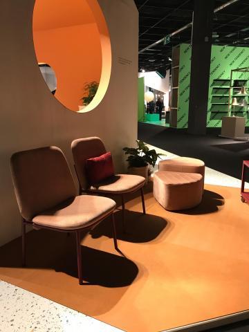orangene Stühle auf der imm Cologne
